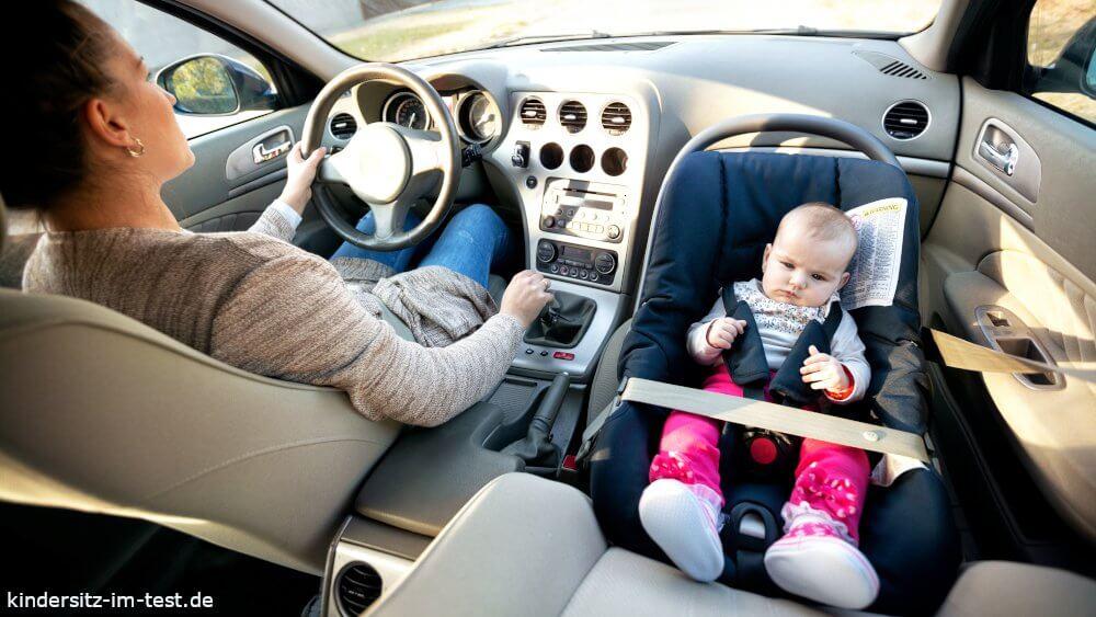 Baby fährt auf dem Beifahrersitz in einem Reboarder Kindersitz sicher mit